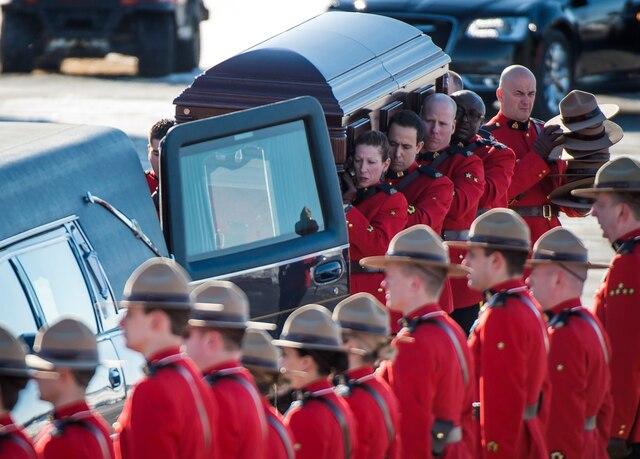 Des membres de la GRC ont porté le cercueil de leur confrère Richer.