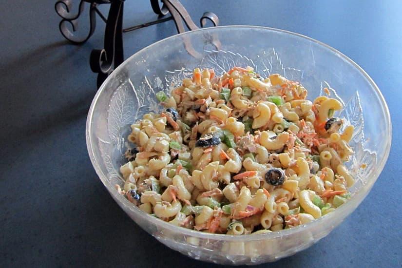 Salade de pâtes froide au thon à la grecque   Recettes du ...