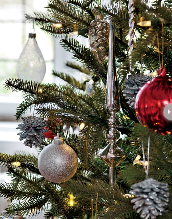 interior-modern-holiday-tree.jpg