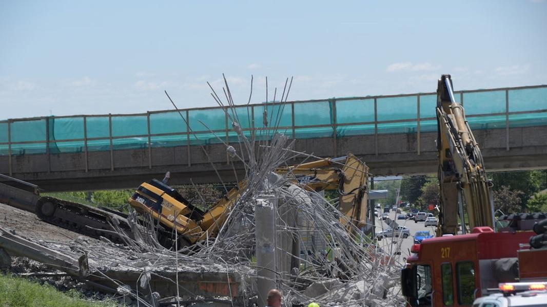 Une pelle mécanique tombe d'un viaduc en démolition