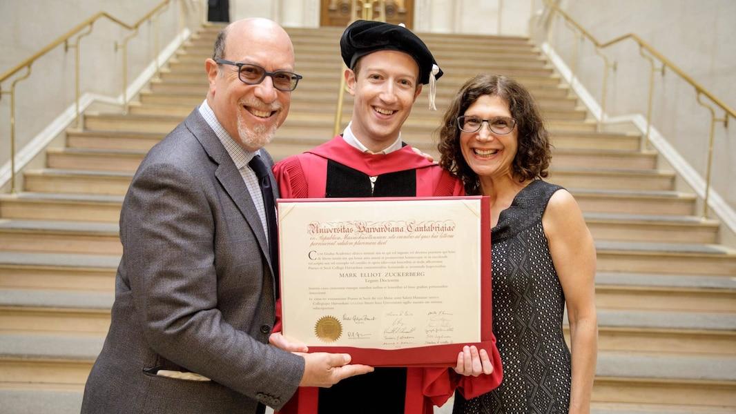 13 ans plus tard, Mark Zuckerberg obtient enfin son diplôme ! Photos
