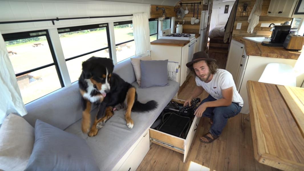 un couple transforme un bus d cole en maison tva nouvelles. Black Bedroom Furniture Sets. Home Design Ideas