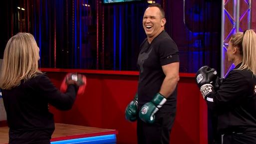Kim Clavel donne une leçon de boxe à Dave