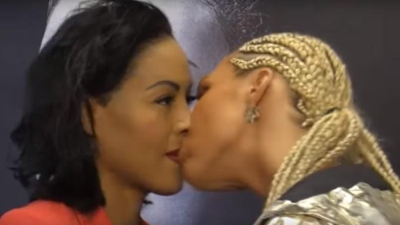 Un baiser en plein face à face!