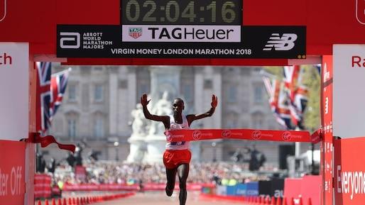 Marathon de Londres: Eliud Kipchoge vainqueur, Mo Farah sur le podium