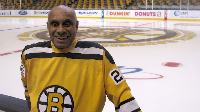 Le premier Noir de la LNH honoré à Boston