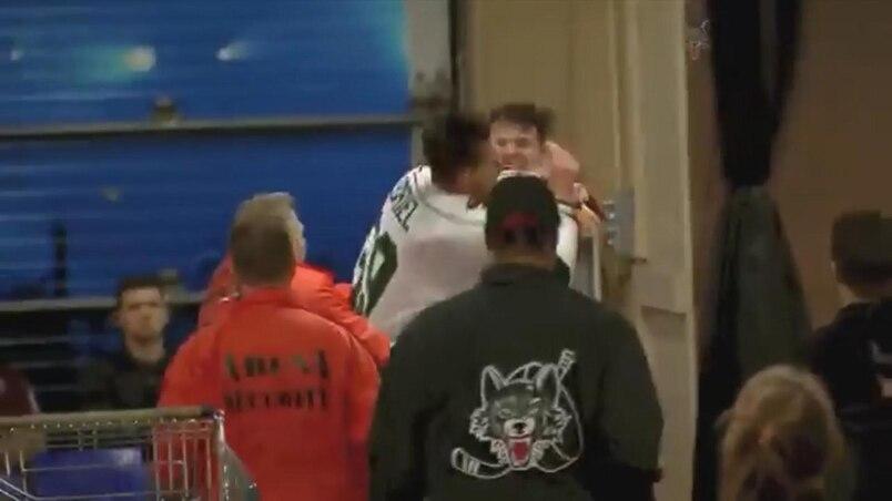 Deux joueurs combattent jusque dans le corridor!