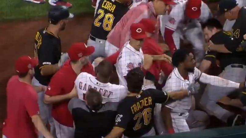 À VOIR : une violente bagarre générale éclate entre les Pirates et les Reds