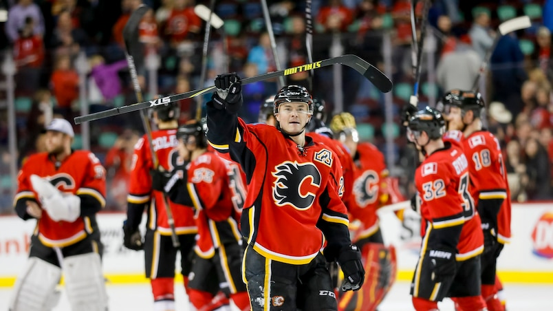Les Flames célèbrent leur victoire contre les Sharks.