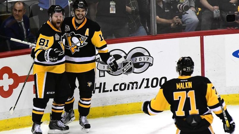 Phil Kessel, Chris Kunitz et Evgeni Malkin célèbrent la victoire des Penguins.