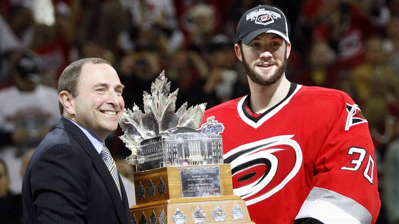 Carolina Hurricanes goalie Ward poses with NHL Commissioner Bettman and the Conn Smythe Trophy in Raleigh