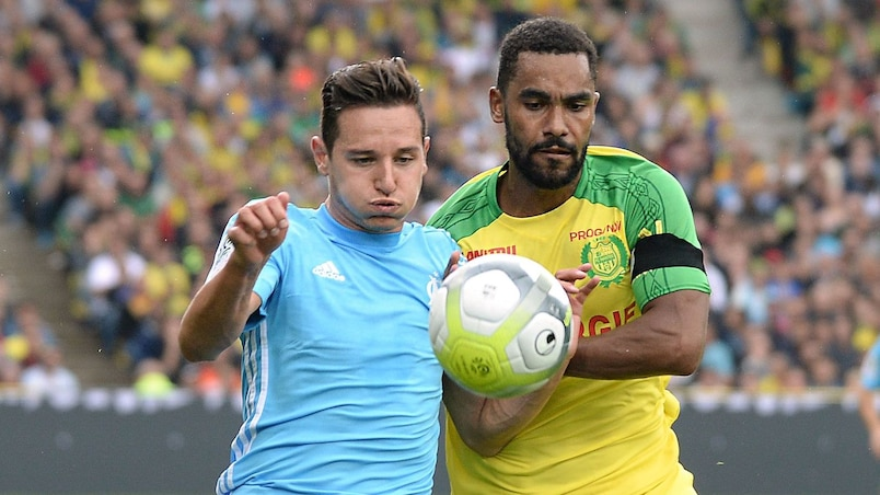 Olympique de Marseille's French midfielder Florian Thauvin (L) vies with Nantes' French defender Koffi Djidji during the French Ligue 1 football match between Nantes (FCN) and Olympique de Marseille (OM) on August 12, 2017 at Beaujoire stadium, in Nantes, western France. / AFP PHOTO / JEAN-SEBASTIEN EVRARD