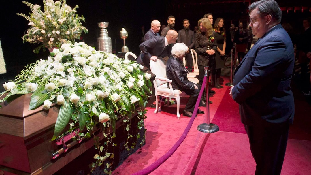 Montreal mayor Denis Coderre pays his respects to Montreal Canadiens legend Jean Beliveau during the public viewing in Montreal