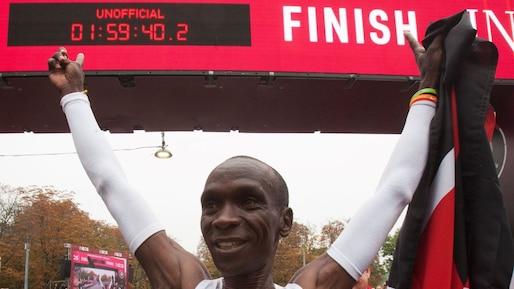 Il brise la barre des deux heures dans un marathon!
