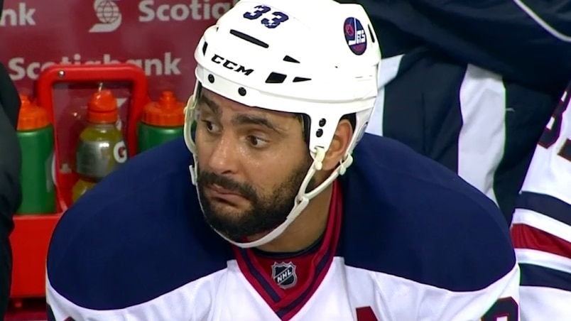 Dustin Byfuglien crache (accidentellement) sur un arbitre