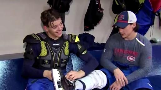 Kotkaniemi obligé de délacer les patins de tous ses coéquipiers!