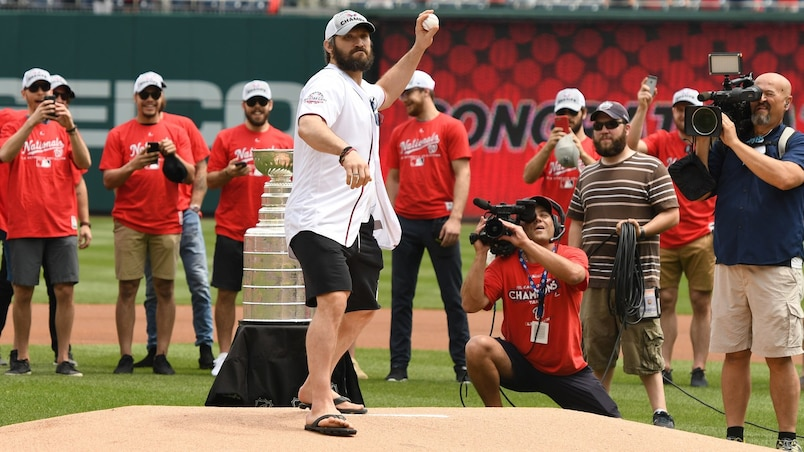 Ovechkin rate complètement son lancer protocolaire!