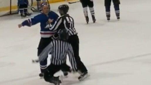 Un hockeyeur frappe violemment un arbitre