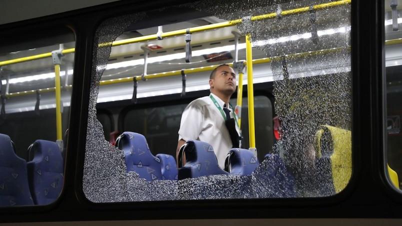 Un autobus transportant des journalistes attaqué