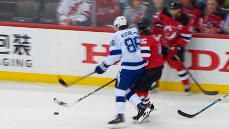 Kucherov assomme Vatanen d'un coup à la tête