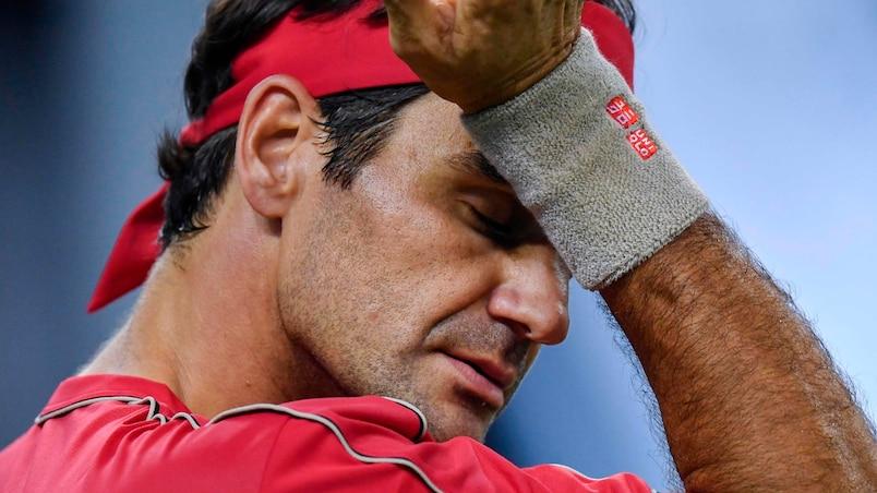 Federer, très nerveux, éliminé par Zverev