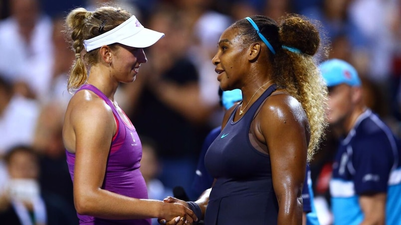 Serena Williams félicite Elise Mertens après sa victoire.
