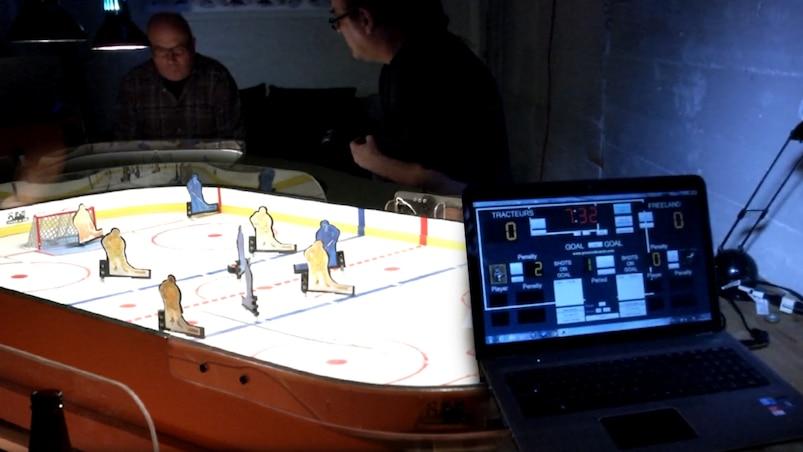 Ils jouent dans une ligue de hockey sur table depuis... 38 ans!