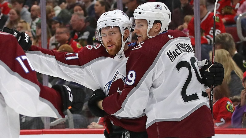 Nathan MacKinnon s'occupe des Hawks