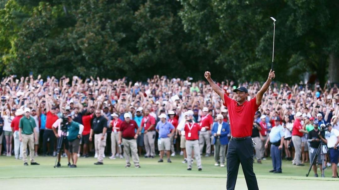 Tiger Woods célèbre sa victoire.